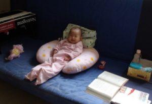 U型枕另類使用方式 1-育兒超強幫手