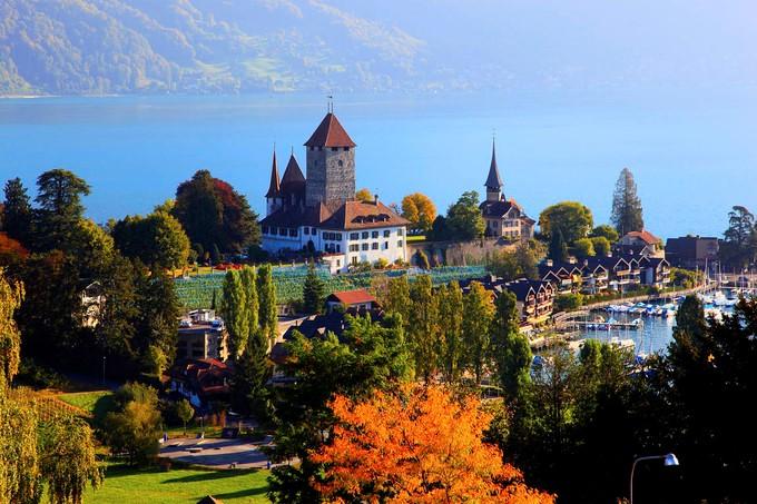 拉沃葡萄園位於蒙特勒與洛桑之間,在2007年更是被聯合國教科文組織列為世界自然遺產,是瑞士最大的葡萄園區。