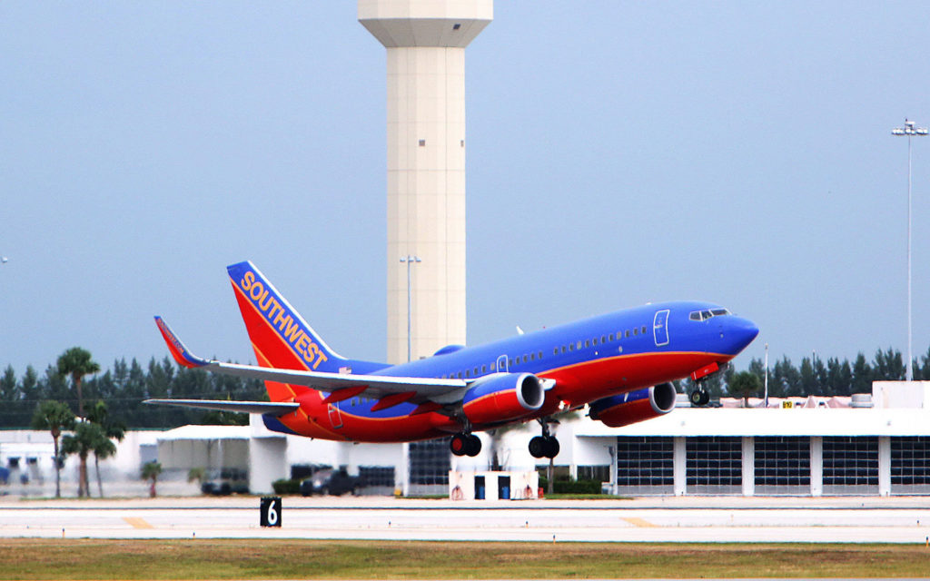 GD8RP0 Palm Beach, Florida, USA. 12th July, 2016. SCOTT KEELER | Times. A Southwest Airlines Boeing 727 takes off to the east at the Palm Beach International Airport, West Palm Beach, 7/12/16. US Presidential candidate Donald Trump who owns the historic Mar-a-Lago estate and club in Palm Beach has fought with Palm Beach County officials about jet noise from airplanes flying over his property. © Scott Keeler/Tampa Bay Times/ZUMA Wire/Alamy Live News