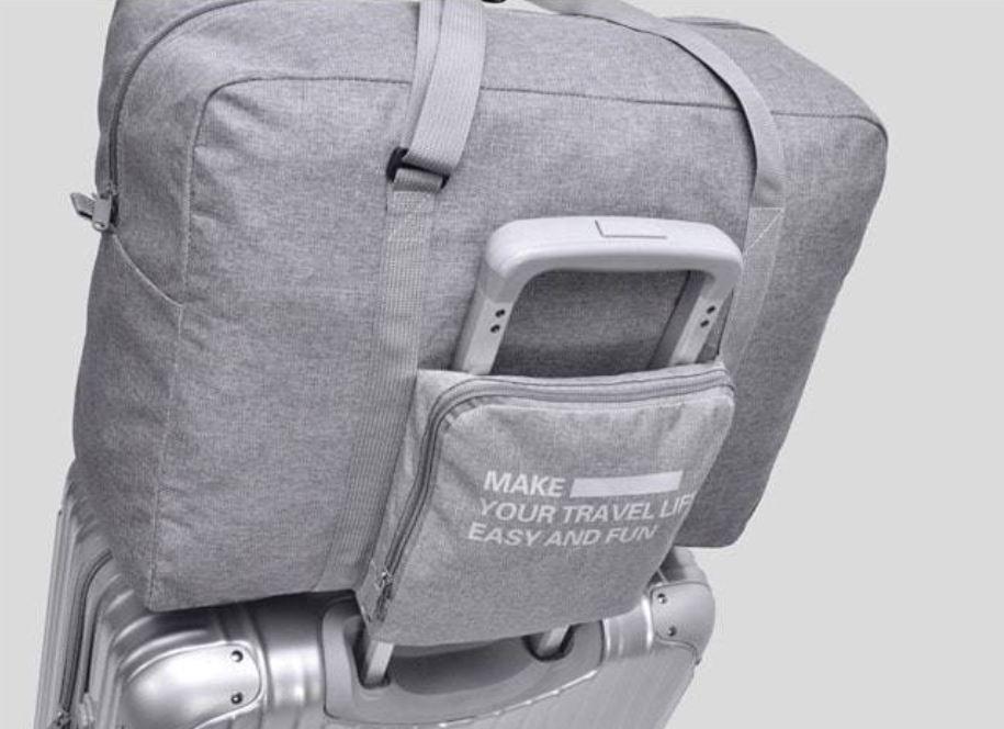 旅行包有搭配行李箱拉桿設計